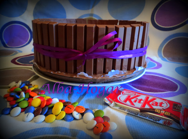 tarta de kit kat y lacasitos facil alba hogar