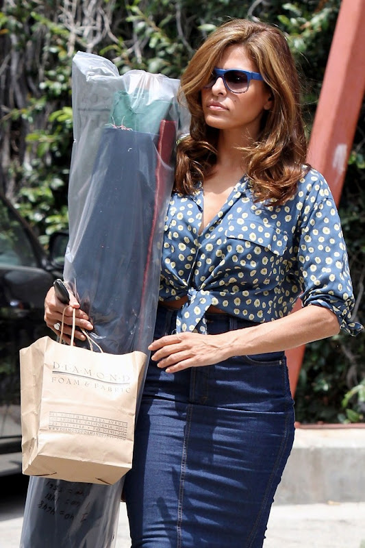Actress Eva Mendes carrying some fabrics at a parking lot