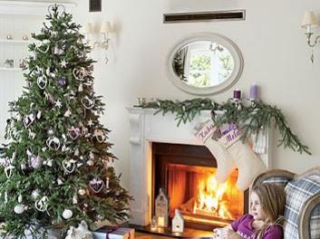 Un salón decorado para navidad en tonos malvas
