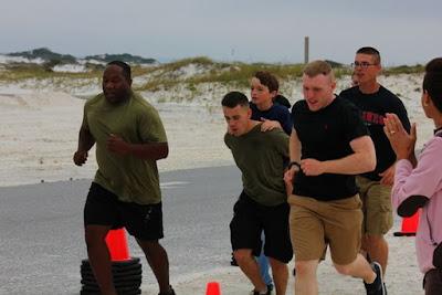 Marines ayudan a niño con cancer