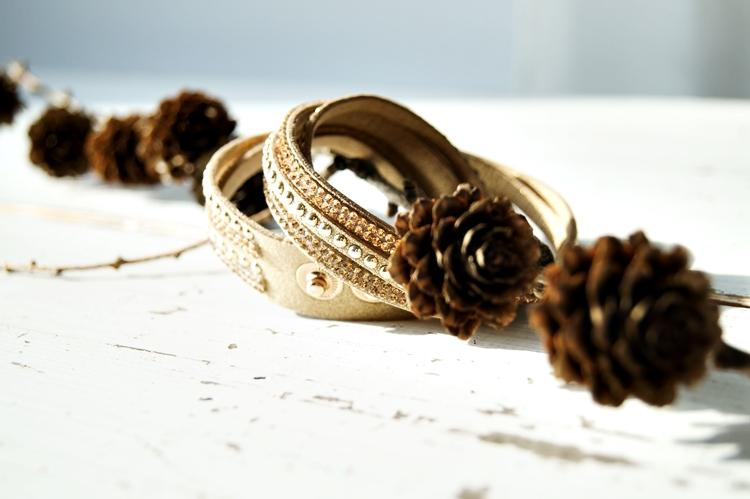 Blog & Fotografie by it's me! - Armband, Zweig und Zapfen einer Läche