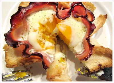Toast als Muffin mit Schinken und Ei zum Frühstück
