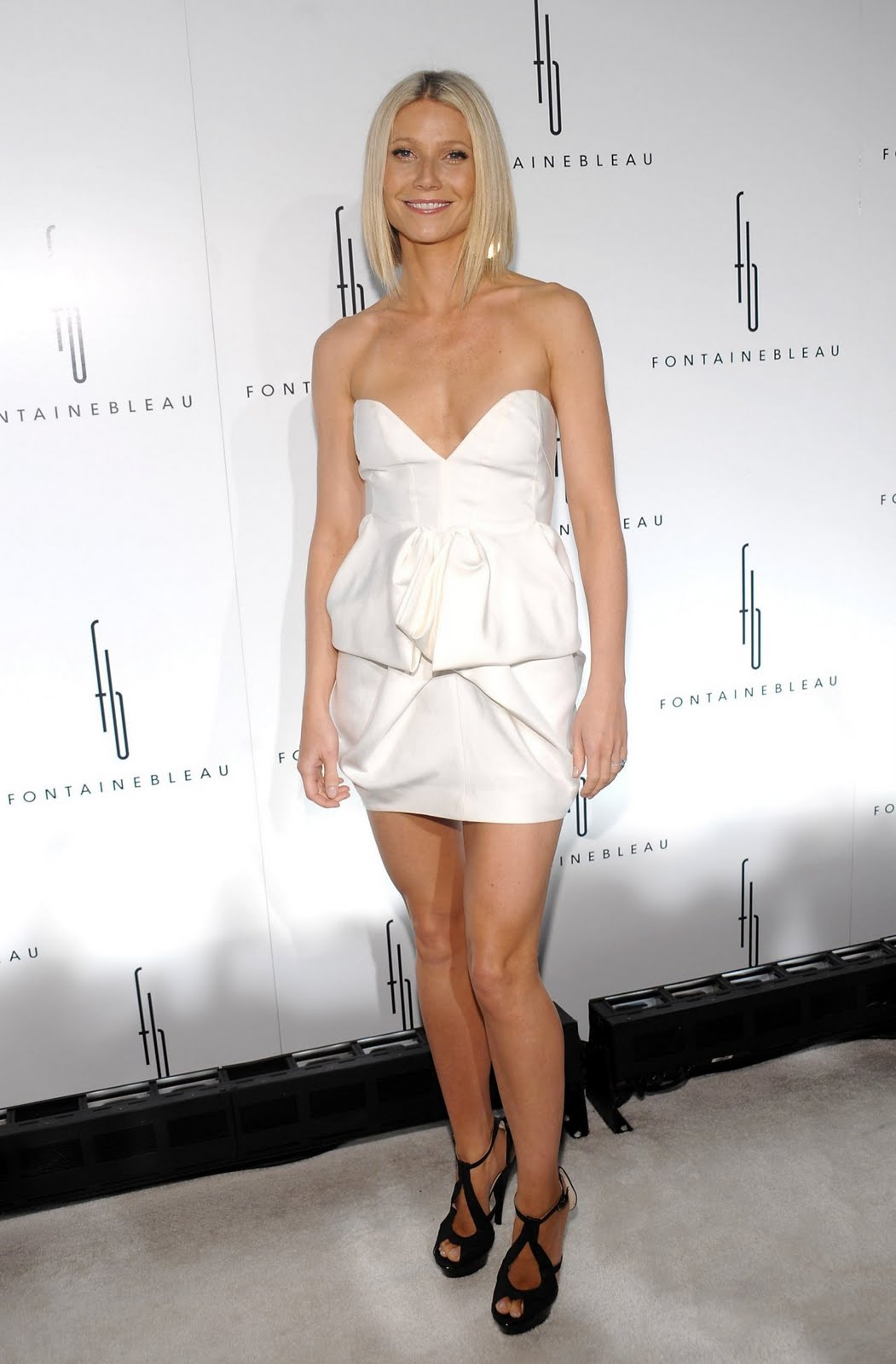 http://1.bp.blogspot.com/-lyApemF9Uz0/TcnEeR333JI/AAAAAAAAAH4/rQfa2lQs6xM/s1600/Gwyneth-Paltrow-in-White-Dress.jpg