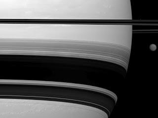 Сатурн и его спутники Титан и Прометей