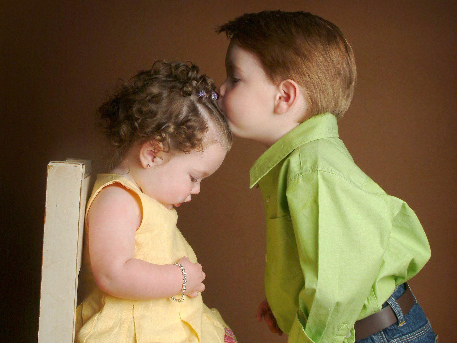 Gambar lucu bayi laki-laki mencium bayi perempuan