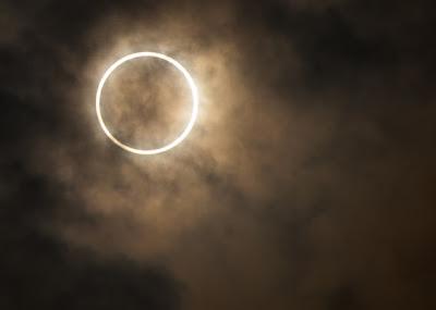gambar gerhana cincin matahari