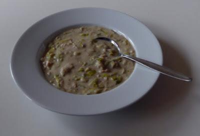 Cremige Lauchsuppe mit Sojagranulat und Cashewcreme