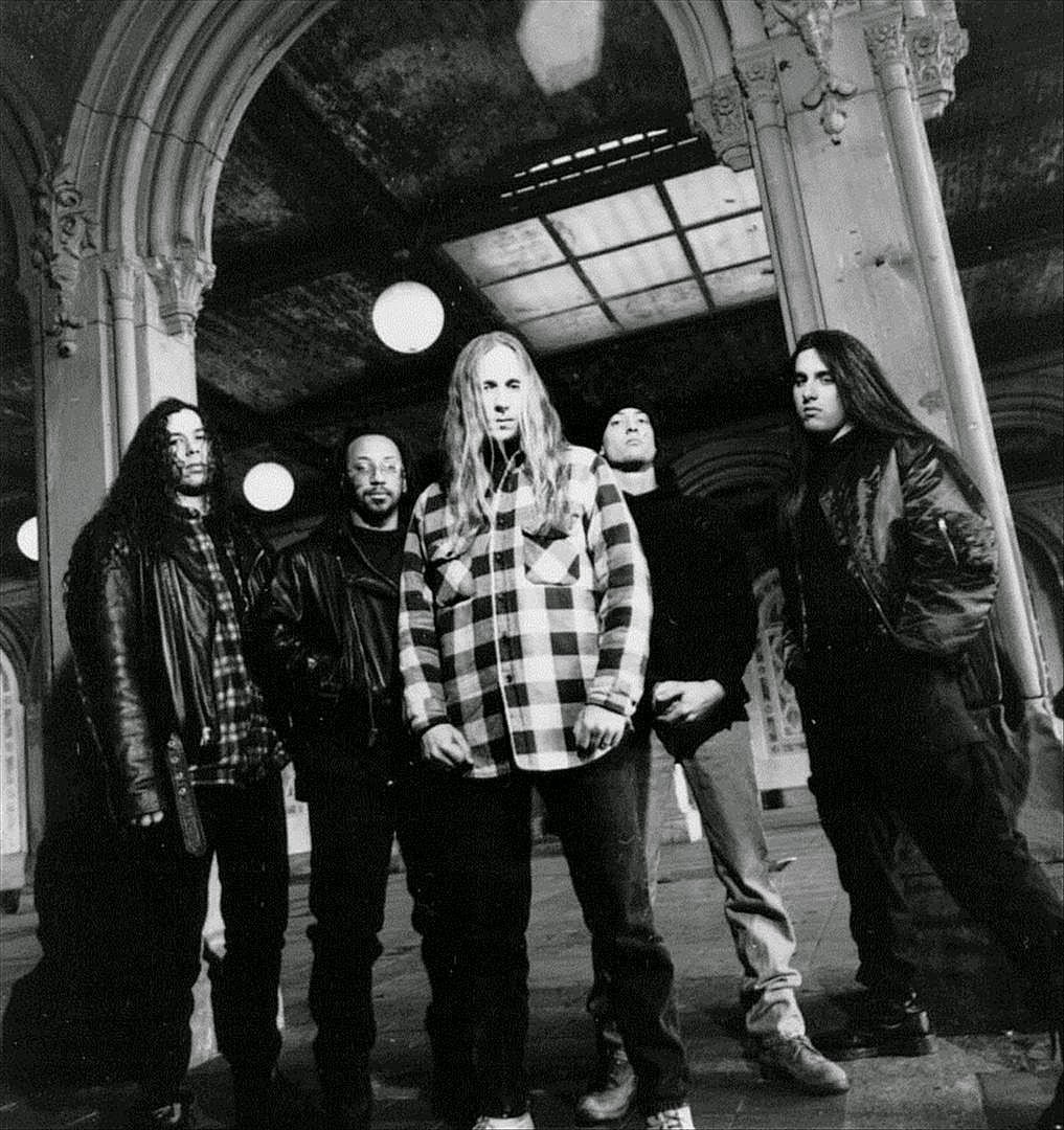 Suffocation en 1995 (Pierced From Within). De izquierda a derecha: Doug Cerrito, Terrance Hobbs, Frank Mullen, Doug Bohn y Chris Richards.