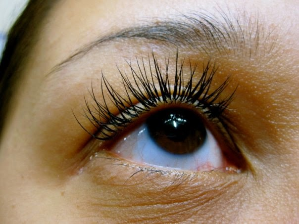 The pros and cons of eyelash extensions before travelling