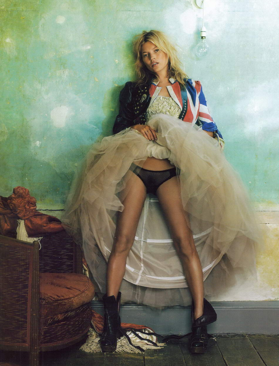 Kate Moss in Hope & Glory / Vogue UK October 2008 (photography: Mario Testino, styling: Lucinda Chambers) / Union Jack fashion editorials / via fashioned by love british fashion blog