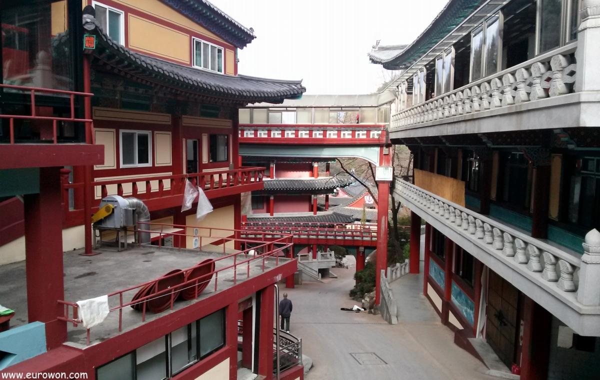 Entramado de edificios en el templo Guinsa de Corea