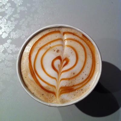 Kaffee mit Herz Milchschaum