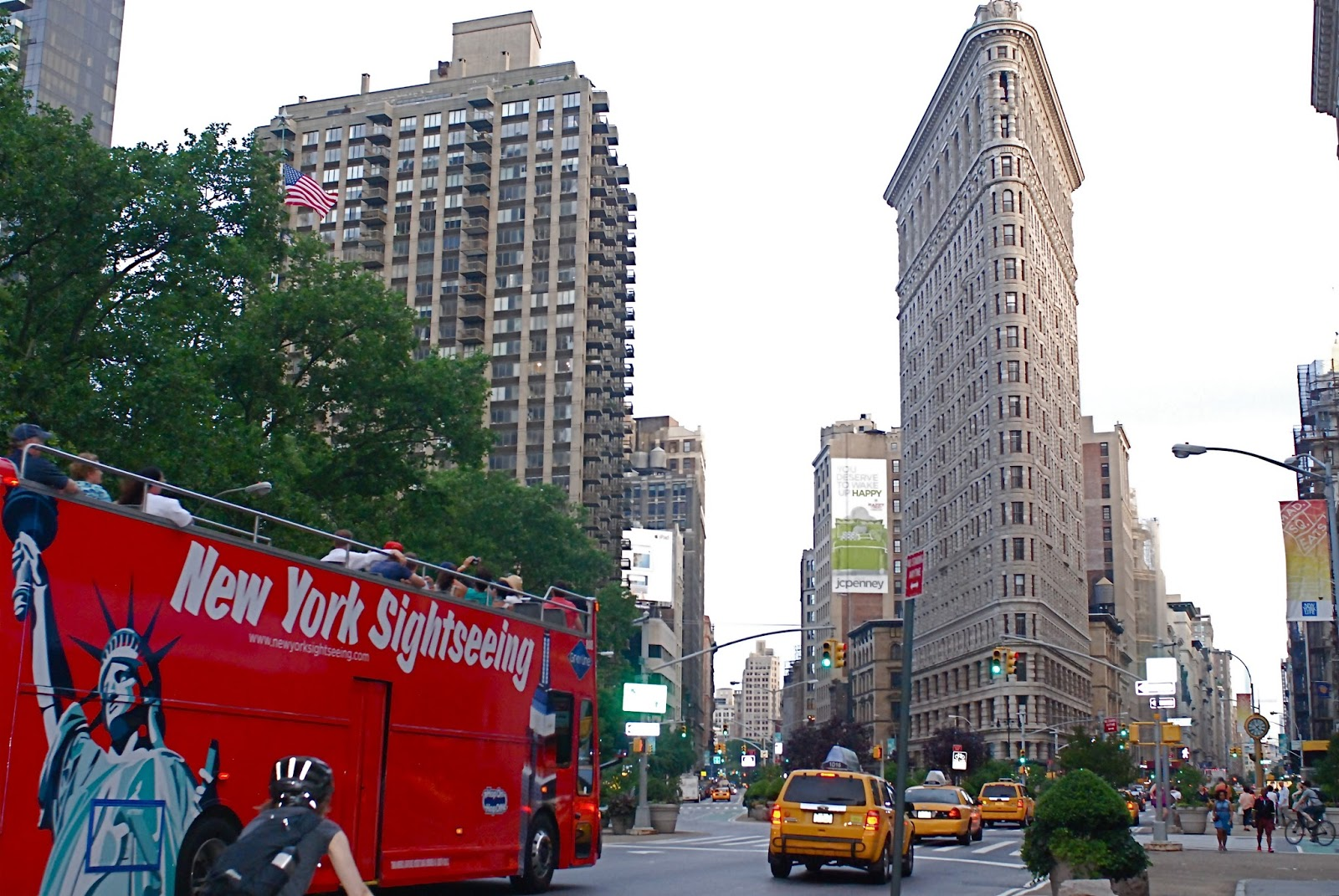 Hop-On, Hop-Off New York Day Tour Seeing all the major New York sights is exciting and easy with Big Bus Tours. Simply hop on our red route to Explore Downtown NYC. You can join the tour from 18 different stops. Every bus features both English-speaking .