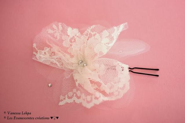 magnifique accessoire de mariage pour cheveux, dentelle de calais , plumes ivoire et blanche avec des cristaux swarovski. Pics pour chignon fleur en dentelle et en soie
