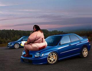 Gordinha sexy em cima de carro