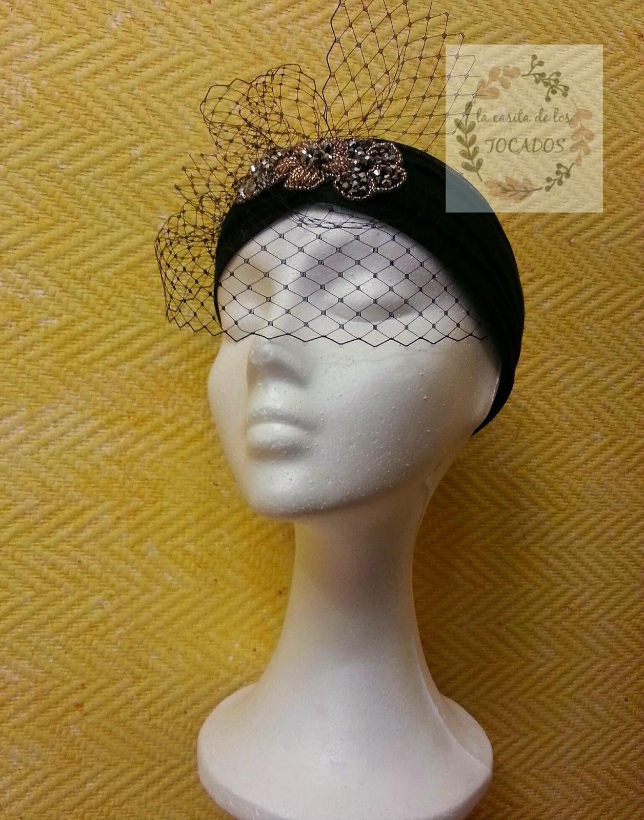 turbante de sinamay de seda en color negro con velo y aplicación de pedrería