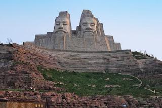 Estatua de los emperadores amarillos Yan y Huang
