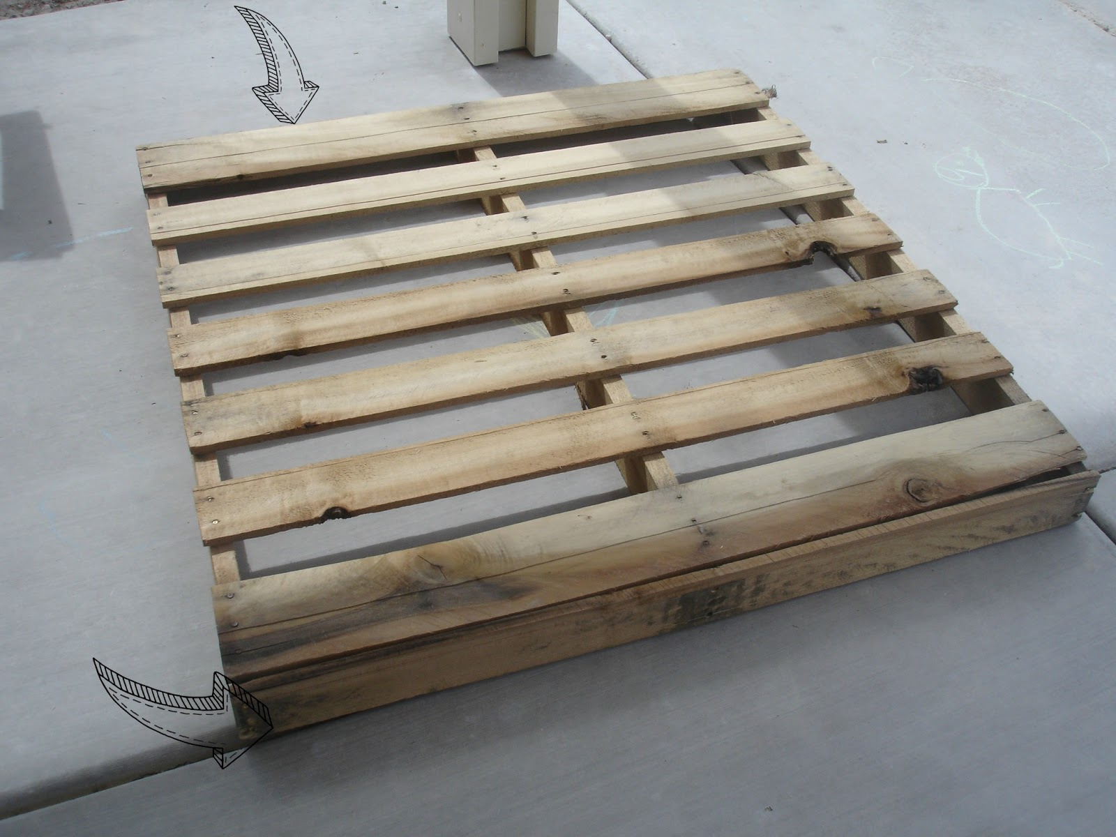 Alex haralson rustic pallet patio table for free for Pallet patio table