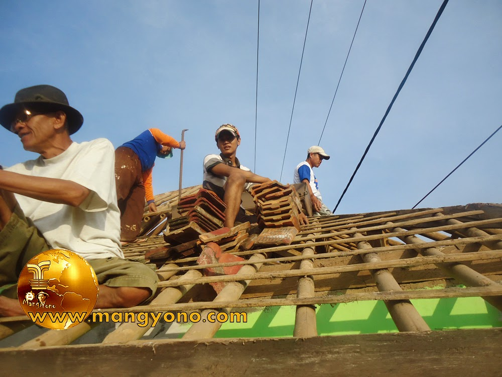 FOTO .. : Gotong royong Renovasi Mesjid Assyafa'ah pembongkaran genteng