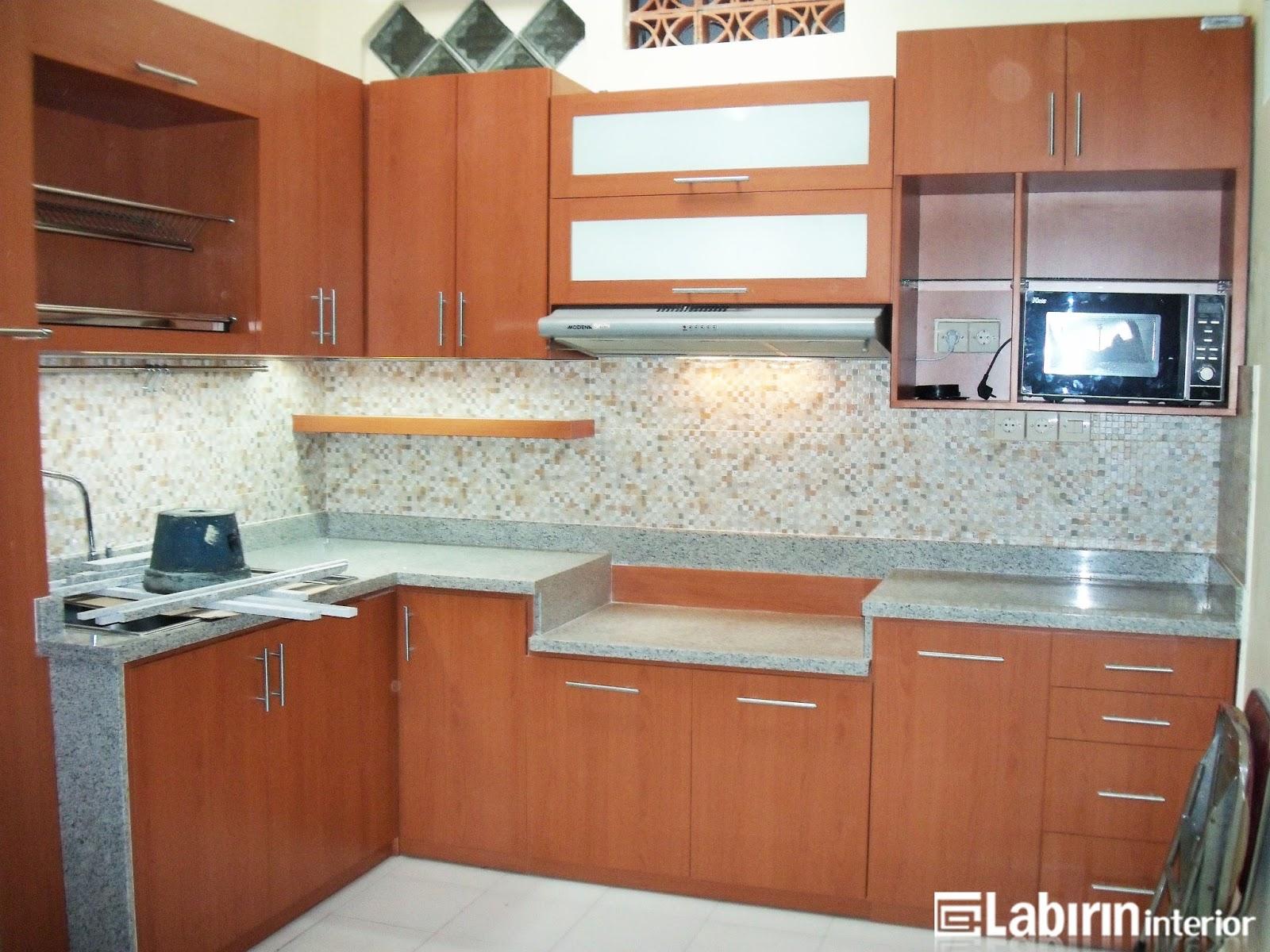 Dapur dengan kitchen set klasik tidak rumit kitchen set for Kitchen set yang bisa dipindah