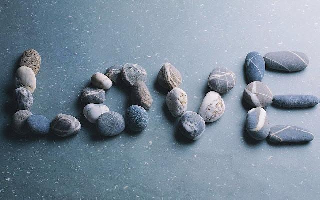 Liefde foto met stenen in de tekst love