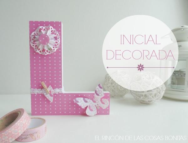 Letra de madera decorada en tonos rosas
