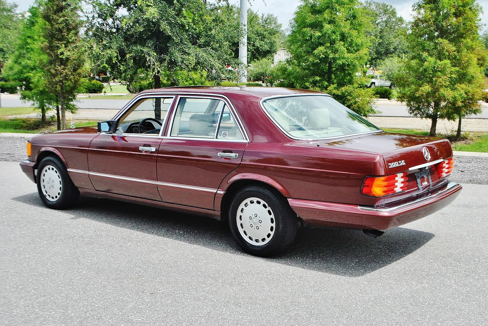 The 300se version of the big s class w126 is powered by the 3 0 liter m103 inline 6 mated to a 4 speed automatic gearbox power is rated at 179 horsepower
