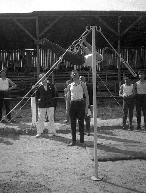 Końskie (?), popisy gimnastyczne. Znanym koneckim gimnastykiem i mistrzem akrobacji na drążku był p. Kos (inf. podał Marian Chochowski). Fot. z kolekcji KW.