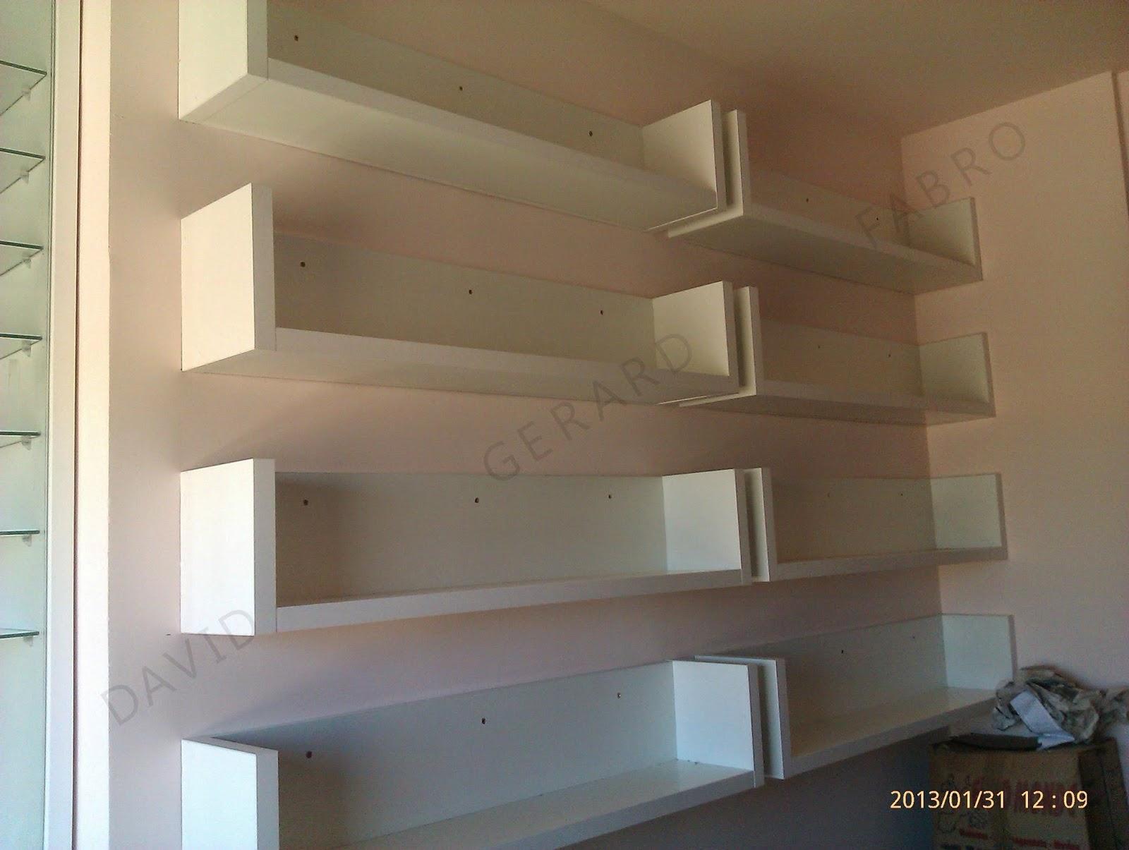 Baldas o lejas blancas atornilladas a la pared