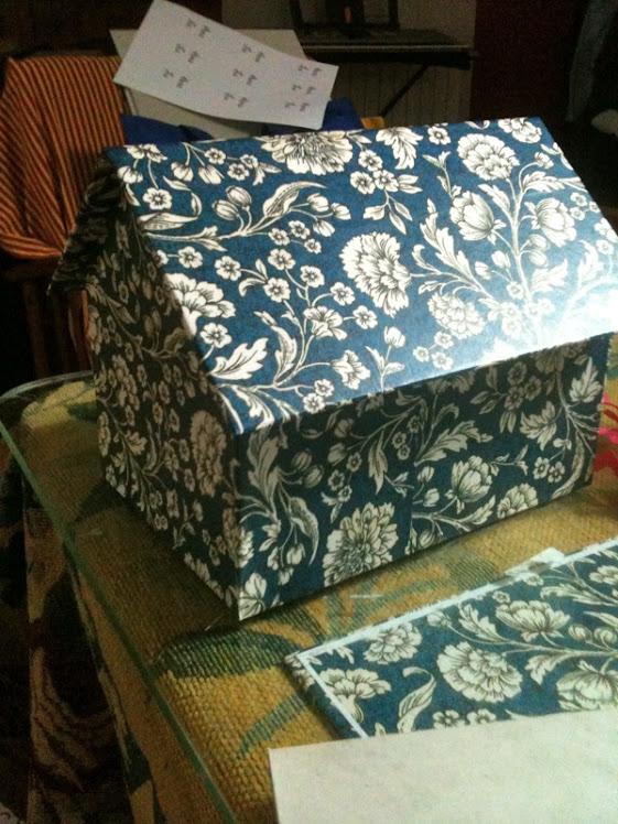 Caja casita con papel Mantón azul