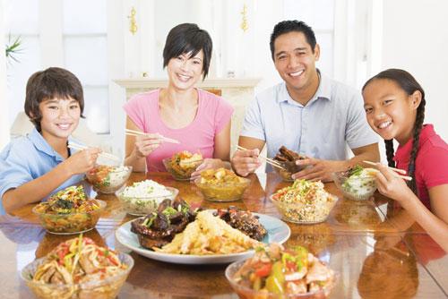 Ngày Tết thường xuyên ăn uống tụ tập với người thân, bạn bè, không tránh khỏi ăn nhiều thức ăn dầu mỡ.