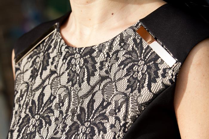 detalle cuello vestido encaje Olimara con placas chapas metálicas doradas en los hombros blog moda withorwithoutshoes valenciana