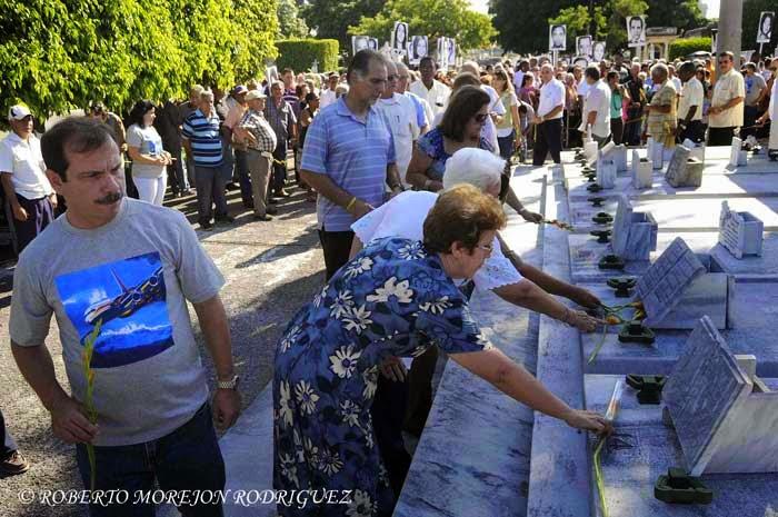 Los Héroes de la República de Cuba, Fernando González(I) y René González,  y familiares de los Cinco, durante la conmemoración del Día de las Víctimas del Terrorismo de Estado, realizada ante el Panteón de las Fuerzas Armadas Revolucionarias, en el Cementerio Colón,  en La Habana, Cuba, el 6 de octubre de 2014