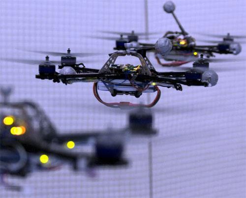 ボールを打ち返しジャグリングする空飛ぶロボット、クワドロコプターが熱い!