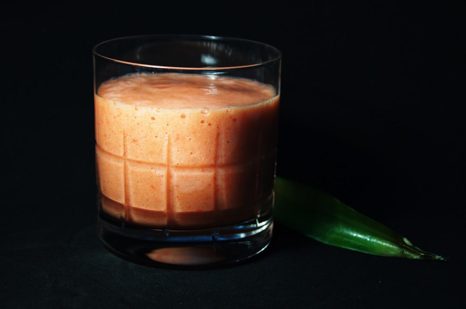 smoothie de piña y lima con fresas