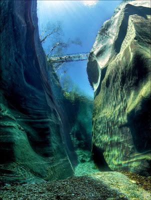 sungai paling jernih, tercantik, bersih, Sungai Verzasca, air, alir, gunung, dalam, dasar, lihat, jambatan, pelancongan, aktiviti