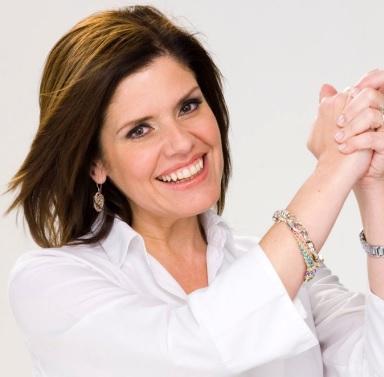Mercedes Araoz uniendo las manos en símbolo de unión