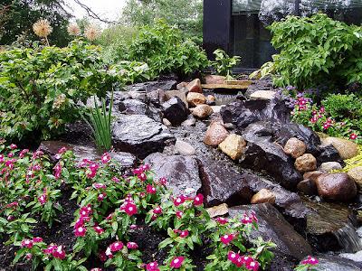 Caida de agua rustica en jardin patios y jardines for Jardines rusticos fotos