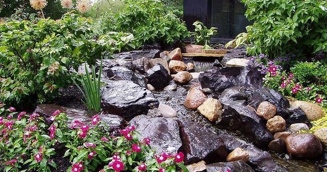Caida de agua rustica en jardin patios y jardines for Caidas de agua para jardin