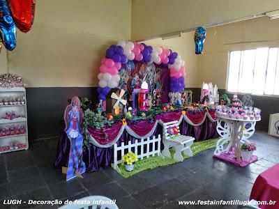 mesa decorada com toalhas com o tema Monster High para festa infantil de meninas