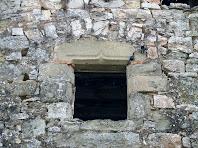 Finestra amb la llinda emmotllurada de la façana nord del Mas d'Olzinelles