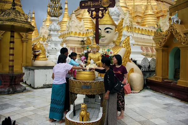 Ritual del agua y buda del dia de la semana en la Pagoda Shwedagon
