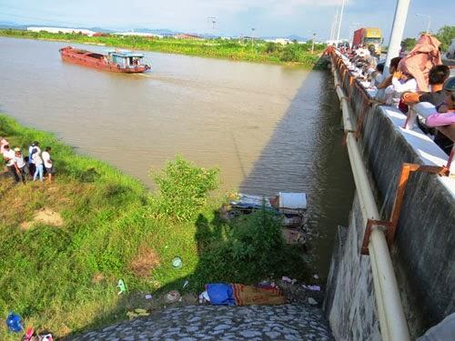 Phát hiện xác người bị buộc đá vào cổ dưới sông
