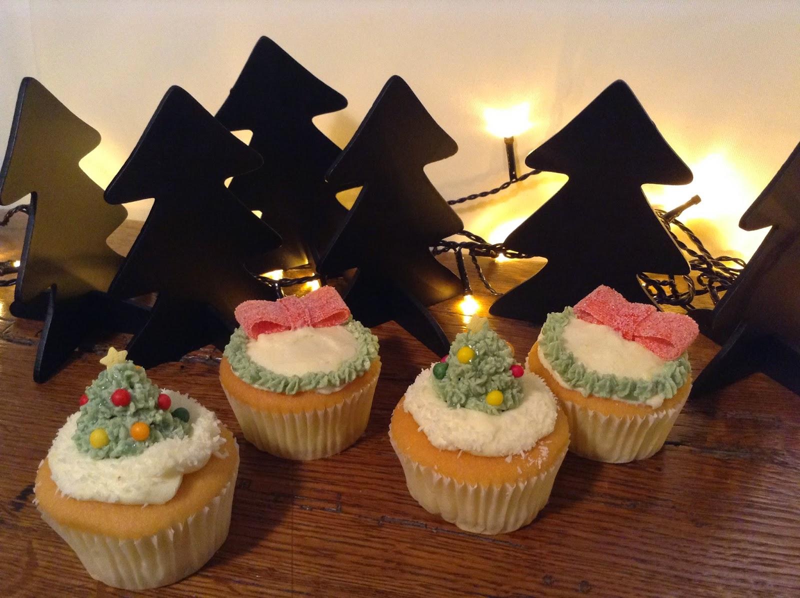 Cupcakes de Noël: sapin de Noël et couronne de houx décoré de son noeud rouge givré