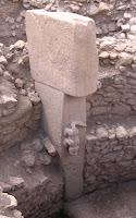 Gobekli tepe-Predador de larga cola, puede ser un cocodrilo, grabado en altorrelieve en el mismo bloque de roca que lo soporta.