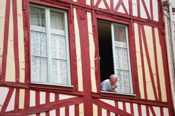 aliciasivert, alicia sivertsson, rouen, france, half-timbered house, frame house, frankrike, hus, korsvirkeshus, man, smoking, röker, spetsgardiner, gardiner, spets, spetsgardin, gardin, fönster, window, lace curtains