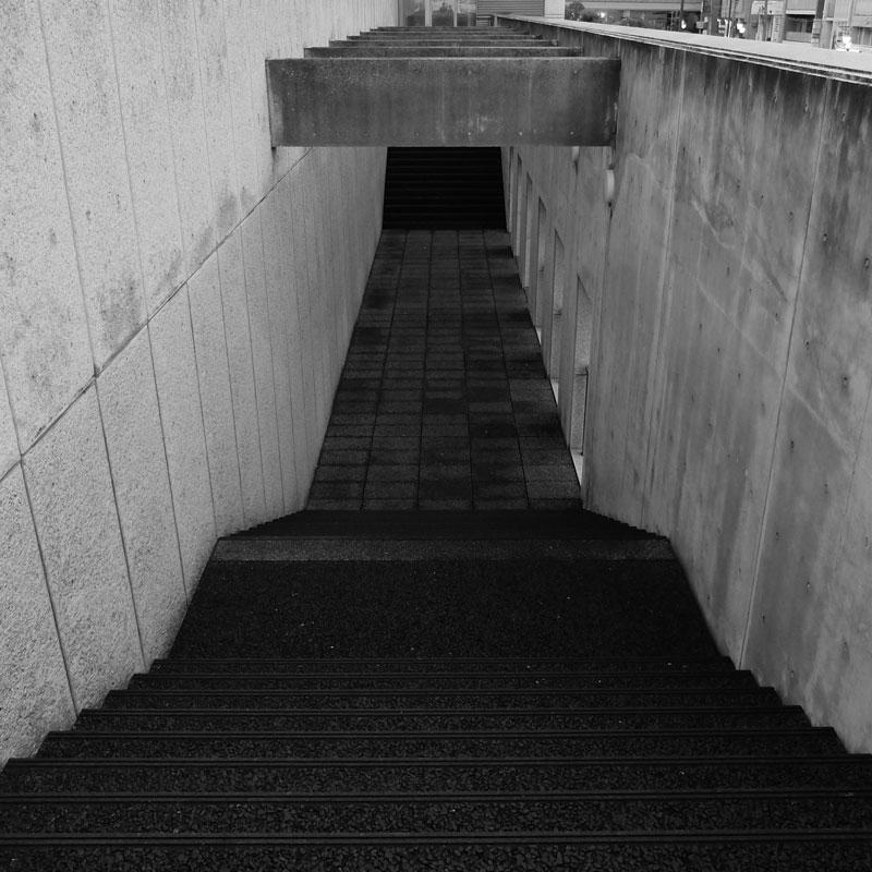 階段の奥行き感のある構図の写真