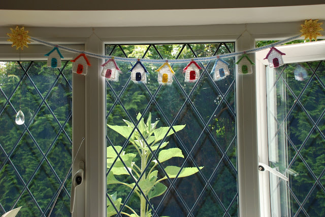 Crochet beach hut pattern and tutorial: image of crochet beach hut bunting