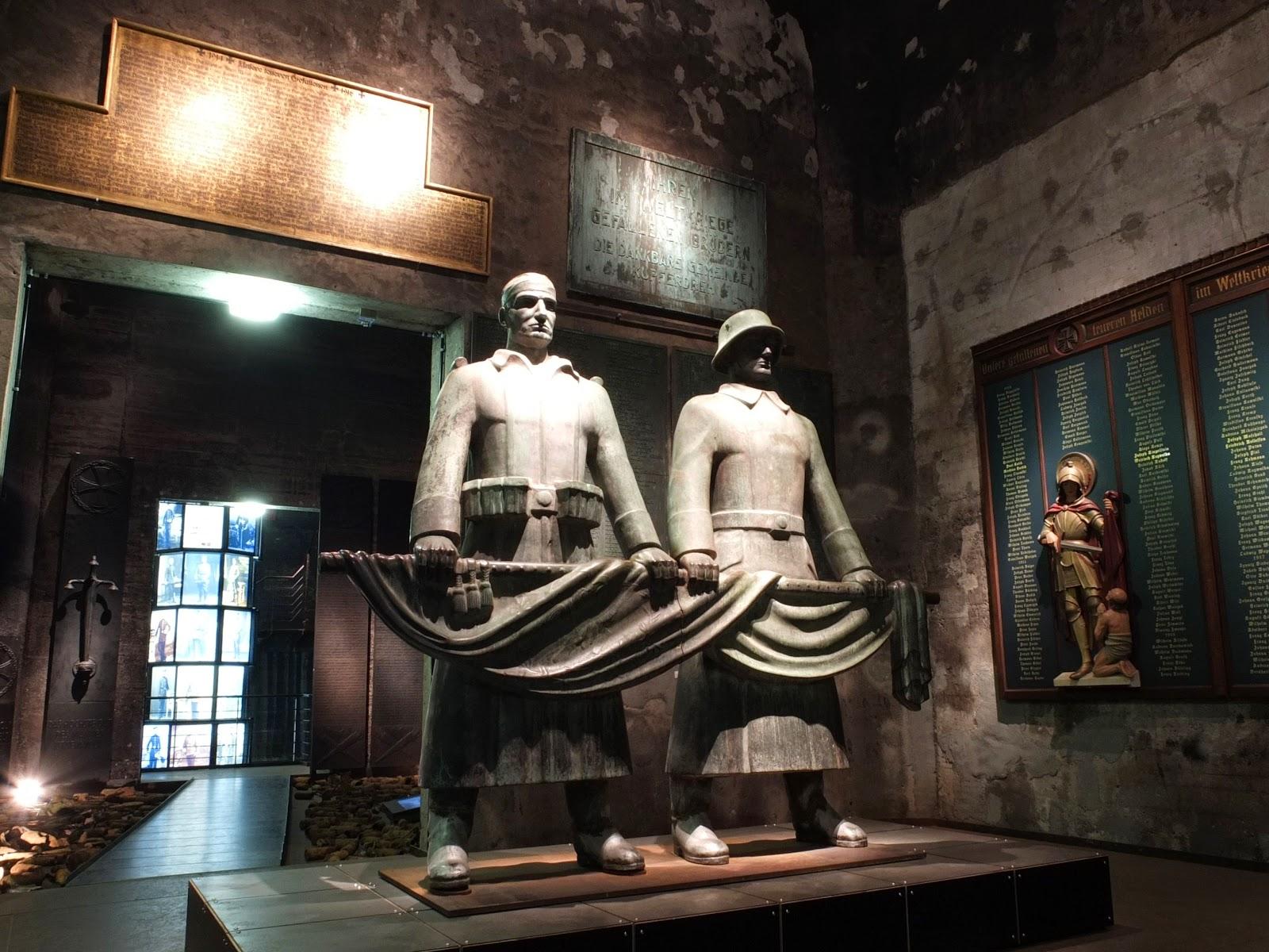 zwei Soldaten an Fahne, Denkmäler, Gedenken, Gedenkstätte