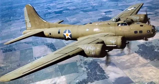 Μυστηριώδεις αεροπλάνο φάντασμα βομβαρδιστικό του Β 'Παγκοσμίου Πολέμου στους ουρανούς του Ηνωμένου Βασιλείου!!